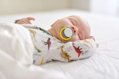 Ένας ύπνος νεογέννητος στοκ εικόνες με δικαίωμα ελεύθερης χρήσης