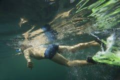 Ένας δύτης στην κολύμβηση με αναπνευστήρα βατραχοπέδιλων Στοκ εικόνα με δικαίωμα ελεύθερης χρήσης