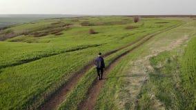 Ένας ώριμος αγρότης εξετάζει έναν φρέσκο πράσινο τομέα μετά από το χειμώνα, κάνει τα σχέδια για τη συγκομιδή και να προετοιμαστεί φιλμ μικρού μήκους