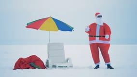 Ένας Claus πίνει τη σαμπάνια κρατώντας ένα πυροτέχνημα, κλείνει επάνω φιλμ μικρού μήκους