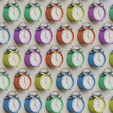 Ένας Isometric τοίχος των αναδρομικών ορισμένων ξυπνητηριών σε ποικίλα χρώματα ελεύθερη απεικόνιση δικαιώματος