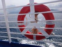 Ένας lifebuoy ενάντια στη θάλασσα φωτογράφισε την κινηματογράφηση σε πρώτο πλάνο στοκ φωτογραφίες με δικαίωμα ελεύθερης χρήσης
