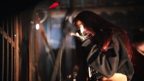 Ένας redhead βράχος-αοιδός γυναικών που τραγουδά στο στάδιο στη λέσχη απόθεμα βίντεο