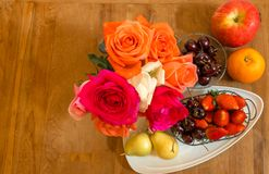 Ένας teak πίνακας που διακοσμείται με τα τριαντάφυλλα και πολλά είδη φρούτων Στοκ εικόνα με δικαίωμα ελεύθερης χρήσης