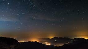 Έναστρη νύχτα στο χρονικό σφάλμα βουνών Αστέρια που κινούνται πέρα από την επαρχία Νύχτα στον πυροβολισμό ημέρας απόθεμα βίντεο