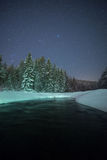 Έναστρη χειμερινή νύχτα σε έναν ποταμό Στοκ Φωτογραφίες