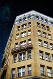 Έναστρος ουρανός επάνω από την οικοδόμηση στοκ εικόνες με δικαίωμα ελεύθερης χρήσης