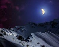 Έναστρος ουρανός με το φεγγάρι επάνω από τα χιονοσκεπή βουνά Στοκ εικόνα με δικαίωμα ελεύθερης χρήσης