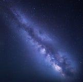 Έναστρος ουρανός νύχτας με το γαλακτώδη τρόπο ενάντια ανασκόπησης μπλε σύννεφων πεδίων άσπρο σε wispy ουρανού φύσης χλόης πράσινο Στοκ φωτογραφία με δικαίωμα ελεύθερης χρήσης