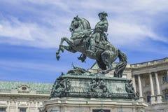 Ένα άγαλμα έξω από το σύνθετο αυτοκρατορικό παλάτι Hofburg απεικονίζει τον πρίγκηπα Eugene του κραμπολάχανου καβάλλα σε ένα αχαλί στοκ φωτογραφία με δικαίωμα ελεύθερης χρήσης