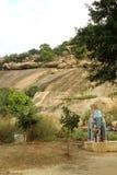 Ένα άγαλμα ελεφάντων μπροστά από το λόφο σε έναν του χωριού ναό σύνθετο Στοκ Φωτογραφίες