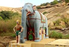 Ένα άγαλμα ελεφάντων μπροστά από το λόφο σε έναν του χωριού ναό σύνθετο Στοκ φωτογραφίες με δικαίωμα ελεύθερης χρήσης