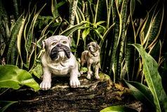 Ένα άγαλμα ενός σκυλιού σε ένα πάρκο Στοκ Εικόνα
