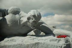 Ένα άγαλμα ενός στρατιώτη που σέρνεται πέρα από το νερό αδελφοί Στοκ εικόνα με δικαίωμα ελεύθερης χρήσης