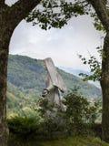 Ένα άγαλμα της Virgin Mary στη μικρή πόλη Lunigiana Fivizzano, υπαίθρια, που πλαισιώνεται από τα δέντρα Αγροτική πίστη στοκ εικόνες