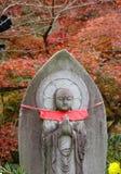 Ένα άγαλμα του Βούδα με το υπόβαθρο δέντρων φθινοπώρου Στοκ Εικόνα
