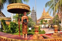Ένα άγαλμα ενός μοναχού σε ένα κανό στους κήπους Preah Promreath Στοκ Εικόνα