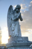 Ένα άγαλμα πετρών ενός φτερωτού αγγέλου στο ηλιοβασίλεμα Στοκ Φωτογραφίες