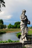 Ένα άγαλμα που απεικονίζει μια γυναίκα με μια σφαίρα διαθέσιμη στη γέφυρα Oderzo στην επαρχία του Treviso στο Βένετο (Ιταλία) Στοκ Εικόνα