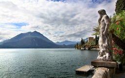 Ένα άγαλμα που απολαμβάνει τα τοπία βουνών και νερού της λίμνης Como Στοκ εικόνα με δικαίωμα ελεύθερης χρήσης