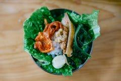 Ένα δάγκωμα Bulgogi Φάτε το ψημένο στη σχάρα κρέας με το λαχανικό και Kimchi Στοκ Εικόνα