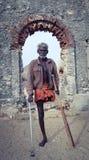 Ένα άγνωστο φυσικά προκλημένο άτομο που στέκεται μπροστά από μια εγκαταλειμμένη εκκλησία στοκ εικόνα