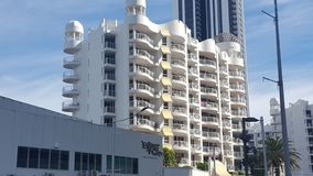 Ένα άλλο κτήριο ορόφων διέγερσης πολυ στην καρδιά Broadbeach, Queensland στοκ εικόνες