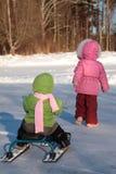 ένα άλλο πίσω παιδί τραβά το χιόνι μηχανικών δίκυκλων Στοκ φωτογραφία με δικαίωμα ελεύθερης χρήσης
