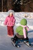 ένα άλλο παιδί τραβά το χιόνι μηχανικών δίκυκλων Στοκ Εικόνες