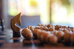 Ένα άλογο κερδίζει όλο το σκάκι στην ξύλινη σκακιέρα στοκ εικόνα
