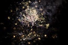 Ένα λάμποντας ζωηρόχρωμο πυροτέχνημα Στοκ φωτογραφία με δικαίωμα ελεύθερης χρήσης