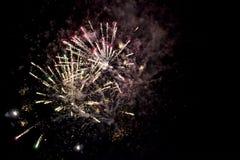 Ένα λάμποντας ζωηρόχρωμο πυροτέχνημα Στοκ εικόνες με δικαίωμα ελεύθερης χρήσης