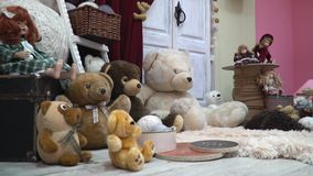 Ένα άνετο εορταστικό δωμάτιο με τα παιχνίδια βελούδου και τις κούκλες, πυροβολισμός ολισθαινόντων ρυθμιστών απόθεμα βίντεο