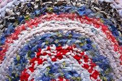 Ένα άνετο χαλί φιαγμένο από πλεγμένα υφάσματα Στοκ Εικόνες