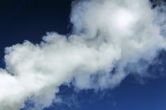 Ένα άσπρος σύννεφο ή ένας καπνός στο μπλε ουρανό Οικολογία έννοιας και τεχνολογική πρόοδος διάστημα αντιγράφων στοκ φωτογραφία