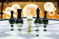 Ένα άσπρο ενέχυρο στο μαύρο σκάκι ομάδων πάλης σκιών βασιλιάδων Στοκ Φωτογραφία