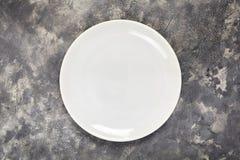 Ένα άσπρο πιάτο Ένα αντικείμενο καθαρίστε Για τα τρόφιμα επάνω από την όψη σχεδιάστε το σας σύσταση στοκ εικόνα με δικαίωμα ελεύθερης χρήσης