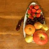 Ένα άσπρο πιάτο που περιέχει τη Apple, αχλάδι, πορτοκάλι, κεράσι & strawber Στοκ φωτογραφία με δικαίωμα ελεύθερης χρήσης