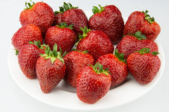 Ένα άσπρο πιάτο στην κόκκινη φράουλα Στοκ φωτογραφία με δικαίωμα ελεύθερης χρήσης
