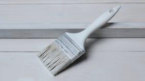 Ένα άσπρο πινέλο σε μια άσπρη ξύλινη επιφάνεια στοκ εικόνες με δικαίωμα ελεύθερης χρήσης
