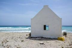 Ένα άσπρο σπίτι σκλάβων στο νησί Καραϊβικής Bonaire Στοκ Εικόνα