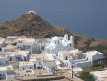 Ένα άσπρο χωριό ενός ελληνικού νησιού που βλέπει από το ψηλό Μήλος στοκ εικόνες με δικαίωμα ελεύθερης χρήσης