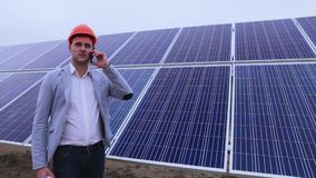 Ένα άτομο, ένας επιχειρηματίας σε ένα υπόβαθρο των ηλιακών πλαισίων που μιλούν στο τηλέφωνο απόθεμα βίντεο