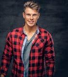 Ένα άτομο έντυσε σε ένα κόκκινο πουκάμισο Στοκ φωτογραφία με δικαίωμα ελεύθερης χρήσης