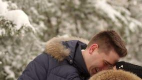 Ένα άτομο αγκαλιάζει ήπια τη σύζυγό του το χειμώνα υπαίθρια απόθεμα βίντεο