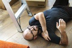 Ένα άτομο αισθάνθηκε στο πάτωμα που παίρνει τραυματισμένο Στοκ εικόνες με δικαίωμα ελεύθερης χρήσης