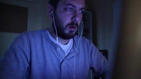 Ένα άτομο ακούει μουσική ενώ χρησιμοποιεί τον υπολογιστή απόθεμα βίντεο