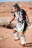 Ένα άτομο αμερικανών ιθαγενών Ναβάχο εκτελεί τον παραδοσιακό χορό στεφανών στοκ φωτογραφία