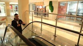 Ένα άτομο αναρριχείται στην κυλιόμενη σκάλα επάνω απόθεμα βίντεο