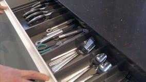 Ένα άτομο ανοίγει ένα ντουλάπι στην κουζίνα φιλμ μικρού μήκους